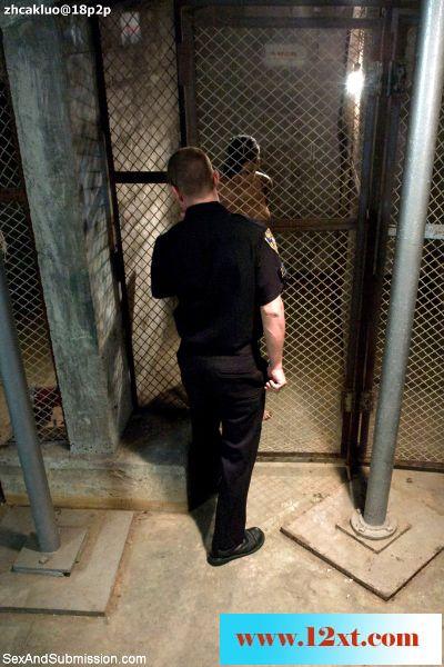 丰满的性感女囚梅森和贝拉惨遭变态狱警皮特的