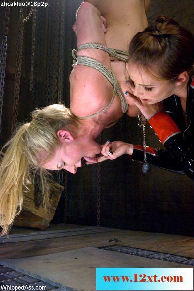 两个女魔头残酷折磨骚屄泽尔娃的每寸肌肤,每