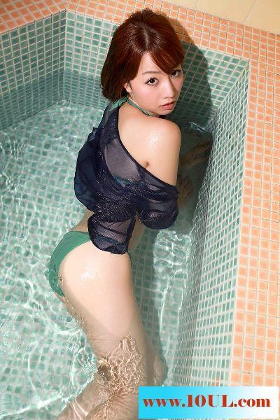冼完澡后香喷喷的丰满女子13P
