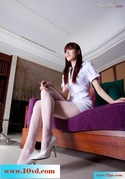 清秀漂亮高挑性感的美貌白色短裙白色丝袜高跟