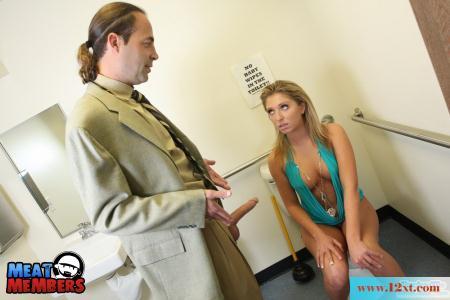 教授在卫生间诱奸女学生(14P)